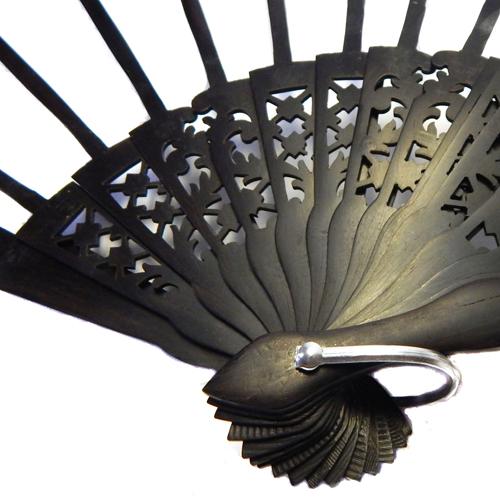 Fächer Modell Madrid und Brief Torchonfächer, 1 Fächergestell BS-AB12L in der Holzart Ebano, in der Klöppelwerkstatt erhältlich