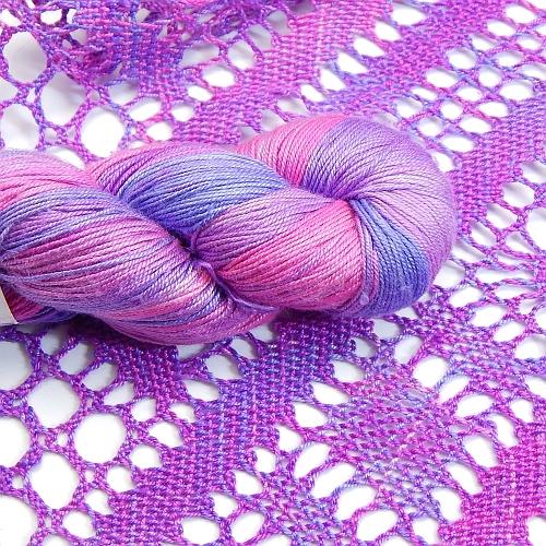 Fresia Seide, in der Farbe , handgefärbt, uni und multicolor, 100 % Seide, das Seidengarn ist in der Klöppelwerkstatt erhältlich und sehr gut zum Klöppeln, Stricken und auch zum Häkeln geeignet, geklöppelter Schal in der Farbe 21