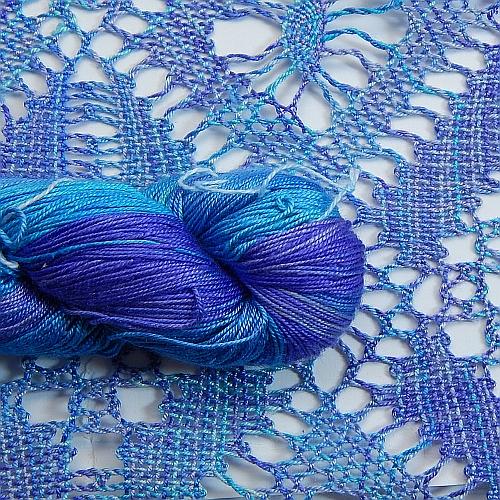Fresia Seide, in der Farbe , handgefärbt, uni und multicolor, 100 % Seide, das Seidengarn ist in der Klöppelwerkstatt erhältlich und sehr gut zum Klöppeln, Stricken und auch zum Häkeln geeignet, geklöppelter Schal in der Farbe 24