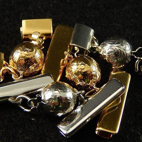 Kugelschließe 13551 mit Klemme zum festklemmen der Spitze. Nur in der Klöppelwerkstatt erhältlich, rhodiniert und vergoldet,