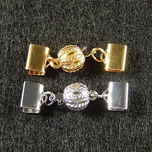 Kugelschliesse 13802 mit Klemme zum festklemmen der Spitze. Nur in der Klöppelwerkstatt erhältlich, rhodiniert und vergoldet,