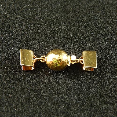 1 Kugelschließe 14585 mit Klemme zum festklemmen der Spitze. Nur in der Klöppelwerkstatt erhältlich, vergolet 8mm