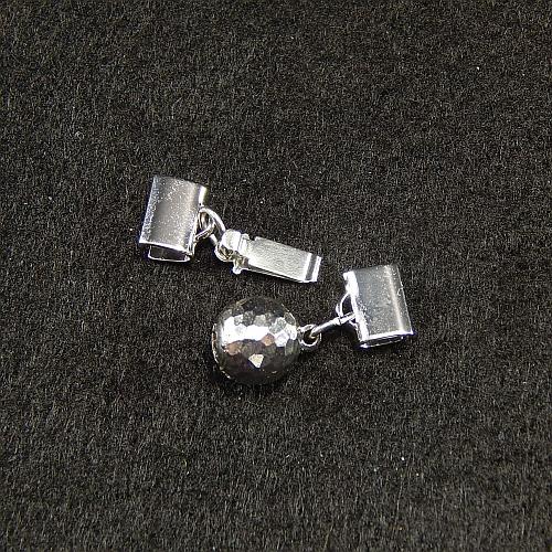 1 Kugelschliesse 14585 geöffnet mit Klemme zum festklemmen der Spitze. Nur in der Klöppelwerkstatt erhältlich, rhodiniert 8mm