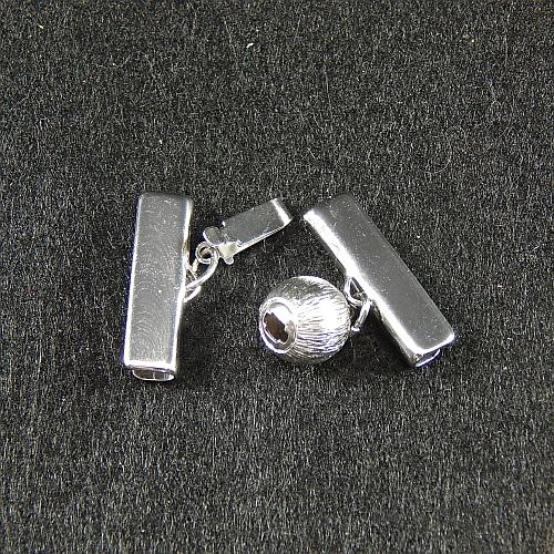 Kugelschließe 14586, geöffnet, mit Klemme zum festklemmen der Spitze. Nur in der Klöppelwerkstatt erhältlich, rhodiniert, 2 cm