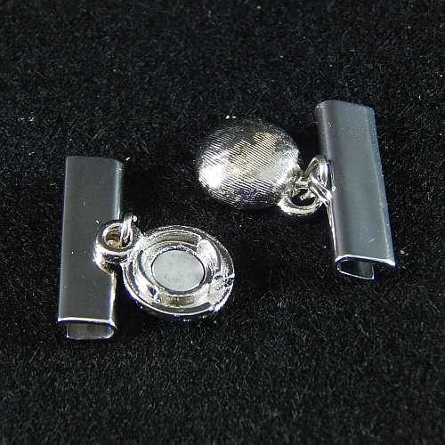 1 Magnetverschluss mit Klemme 14282, geöffnet, zum festklemmen der Spitze. Nur in der Klöppelwerkstatt erhältlich, rhodiniert 20mm