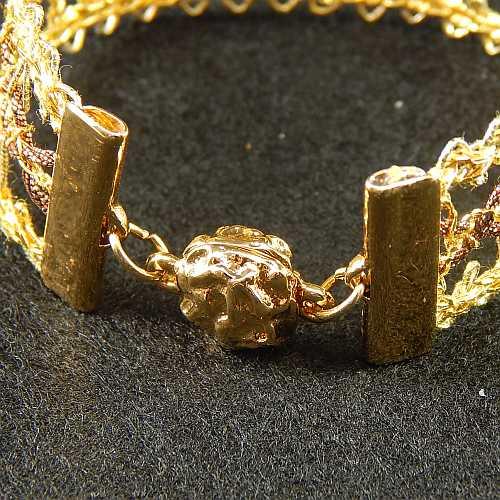 1 Magnetverschluss mit Klemme 14521 zum festklemmen der Spitze. Nur in der Klöppelwerkstatt erhältlich, vergoldet, geklöppelte Spitze