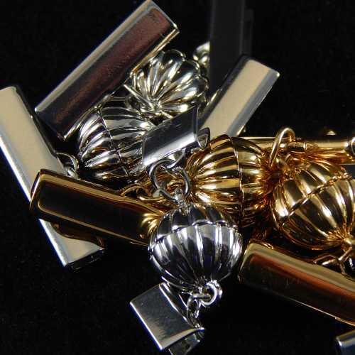 Magnetverschluss mit Klemme 14682 zum festklemmen der Spitze. Nur in der Klöppelwerkstatt erhältlich, rhodiniert und vergoldet, 20mm, 25 mm, 8 mm
