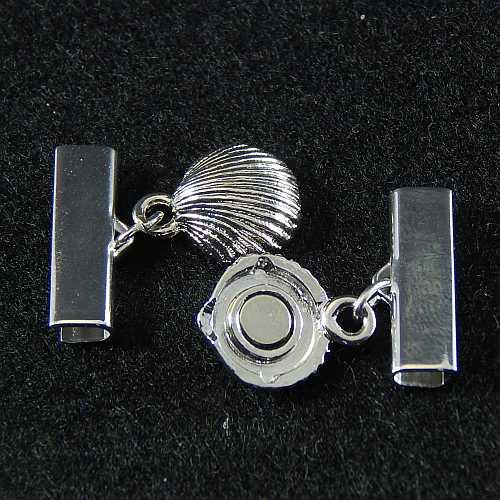 1 Magnetverschluss mit Klemme 14290, geöffnet, zum festklemmen der Spitze. Nur in der Klöppelwerkstatt erhältlich, rhodiniert 20 mm