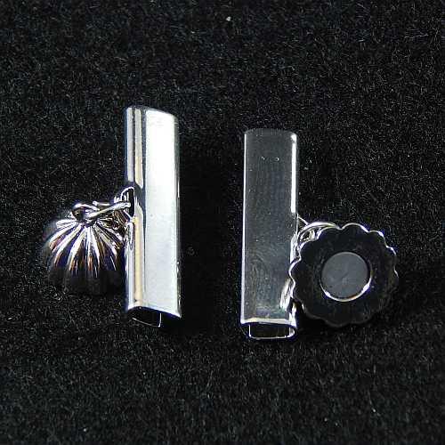 1 Magnetverschluss mit Klemme 14682, geöffnet, zum festklemmen der Spitze. Nur in der Klöppelwerkstatt erhältlich, rhodiniert 25 mm