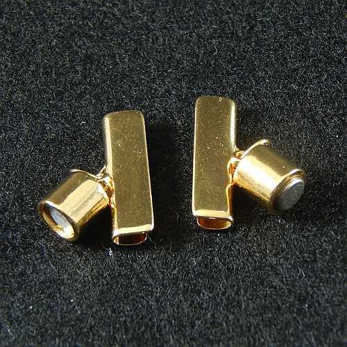 1 Magnetverschluss mit Klemme 14637, geöffnet, zum festklemmen der Spitze. Nur in der Klöppelwerkstatt erhältlich, vergoldet 20 mm
