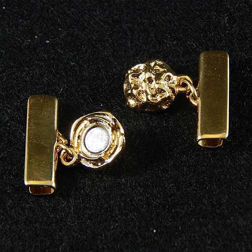 1 Magnetverschluss mit Klemme 14521, geöffnet, zum festklemmen der Spitze. Nur in der Klöppelwerkstatt erhältlich, vergoldet 20 mm