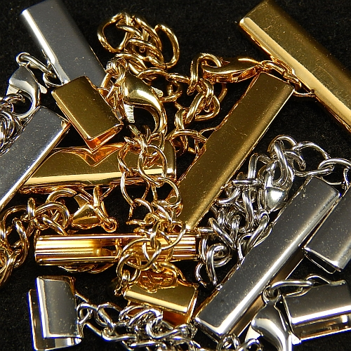 Klemme mit Verlaengerungskette und Karabiner gold und rhodiniert