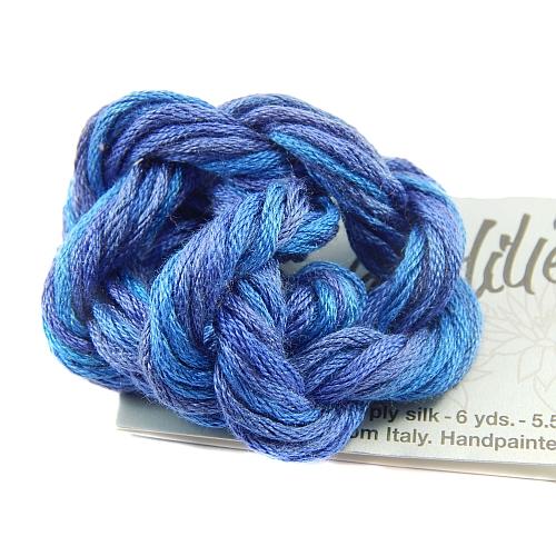 Seide von Waterlilies by Caron - 12 fädiges Seidengarn, handgefärbt, multicolor aus 100 % Seide, in der Klöppelwerkstatt erhältlich und sehr gut zum klöppeln, häkeln, Sticken, Stricken, für Nadelspitze, Kreuzstich, Hardanger, verrücktes Quilten und für Kumihimo geeignet, hier die Farbe 041 Blueberry