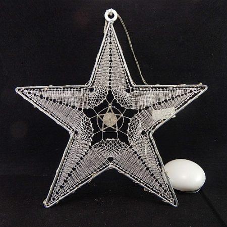 Klöppelbrief Stern mit LED-Beleuchtung fertige Spitze, geklöppelt mit Madeira Soft-Garn