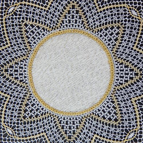 Klöppelbrief Anhäkelform Kreis d=12cm ~ Marie-Luise Prinzhorn, in der Klöppelwerkstatt erhältlich. fertige Spitze geklöppelt mit Aurifil 12 und Madeira Metallic Nr. 12