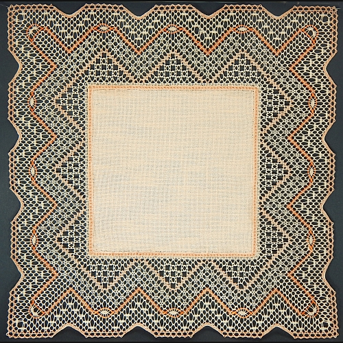 Klöppelbrief Anhäkelform Quadrat ~ Marie-Luise Prinzhorn, geklöppelte Spitze mit Aurifil geklöppelt, in der Klöppelwerkstatt erhältlich. Das Lochranddeckchen von Zweigart hat die Farb-Nr. 4014