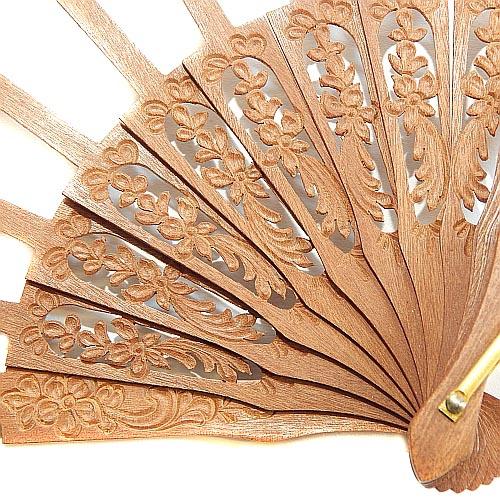 Fächergestell Palo Santo Blume - Klöppelwerkstatt, Fächergestell in Spanien hergestellt. sehr schöne, filigrane Ausführung, Blumenranke, klöppeln Spitze, Detailaufnahme