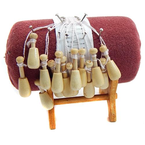 Klöppelständer Miniatur - mit Rolle, Klöppel Nadeln u. Brief, Klöppelwerkstatt, Set=Klöppelständer, Rolle, Ständer 14 Mini Holzklöppel