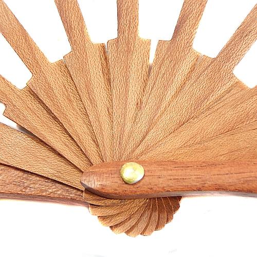 Puppenfächer Modell 2 ~ spanischer Fächer in der Klöppelwerkstatt, Holzart: Mahagonie, sehr schöne schlichte Ausführung, klöppeln, Abanico, Spitze, Detailaufnahme