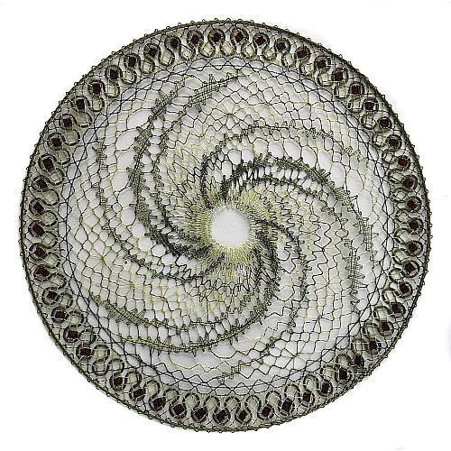 Klöppelbrief Wirbeldeckchen ~ M.L. Prinzhorn, in der Köppelwerkstatt erhältlich, geklöppelt m. Madeira Metallic no. 40 Soft u. Aurifil 28/2, klöppeln, Torchonspitze, Bild der fertigen Spitze